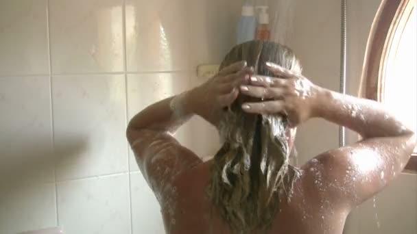 žena ve sprše mytí vlasů