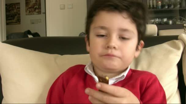chlapec jíst čokoládu