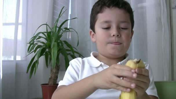 dítě jíst banán