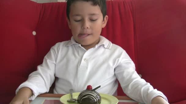 to dítě má rádo dort