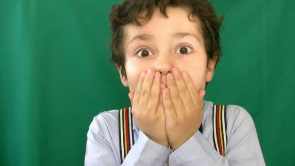 Malý chlapec křik před zeleným plátnem 2