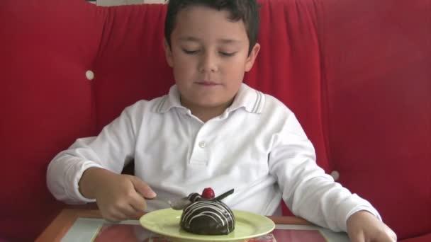dítě jíst lahodný dort