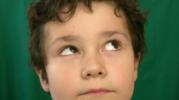 Dítě dělat ksichty na kameru