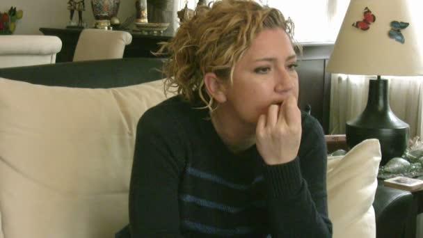žena kousání nehtů