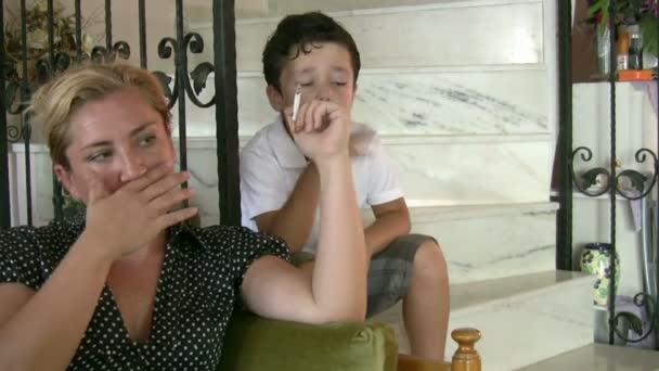 Kisfiú nézte az anyja, míg a dohányzás cigaretta