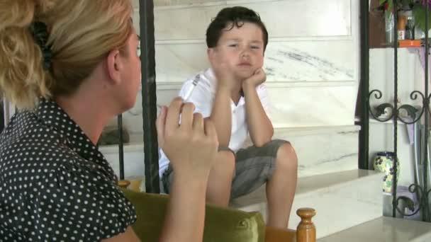 Malý chlapec na jeho matku, zatímco kouření cigaret