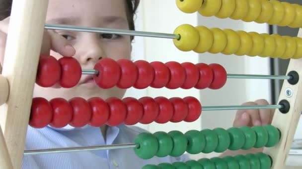 malý chlapec pomocí abacus