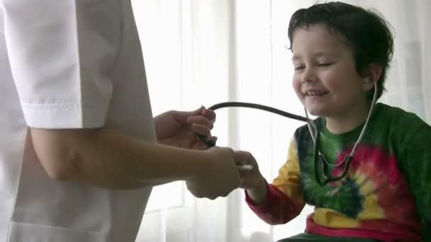 Pediatr kontrola malého chlapce