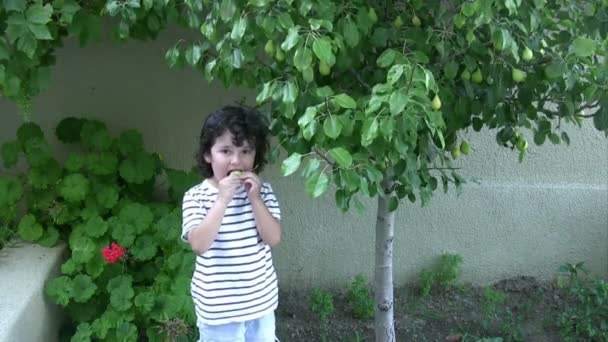 Malý chlapec výdeje hruška