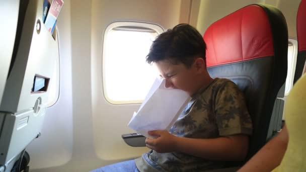 Kind ist im Flugzeug Erbrechen.