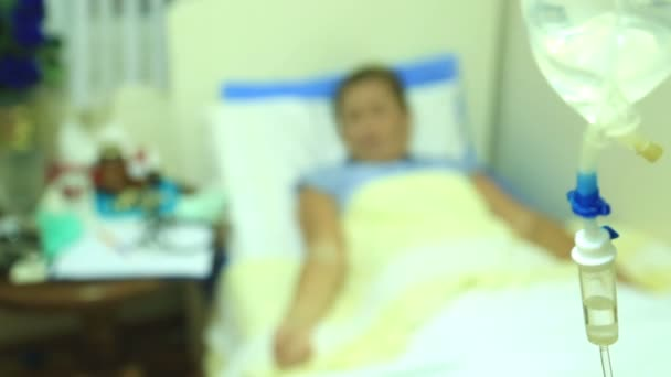 Nemocná žena leží v nemocniční posteli