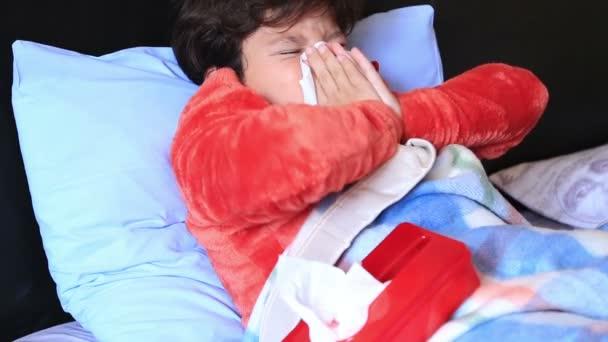 Krankes Kind im Bett niest