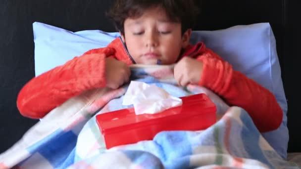 Krankes Kind im Bett niesen