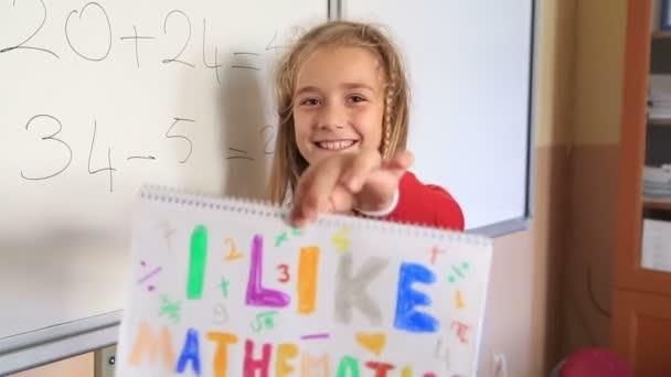 Aranyos iskolás mutatja, mint a tanterem