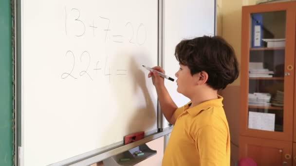 Elemantary diák az osztályban