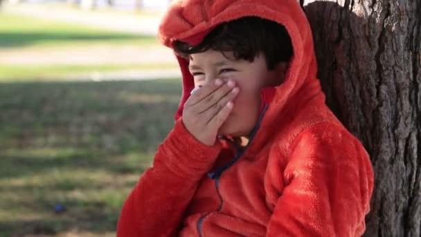 Nemocný mladík, kýchání a čištění s kapesníky