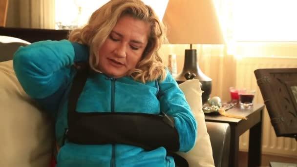 Bolestivé žena s poraněnou ruku a obvaz