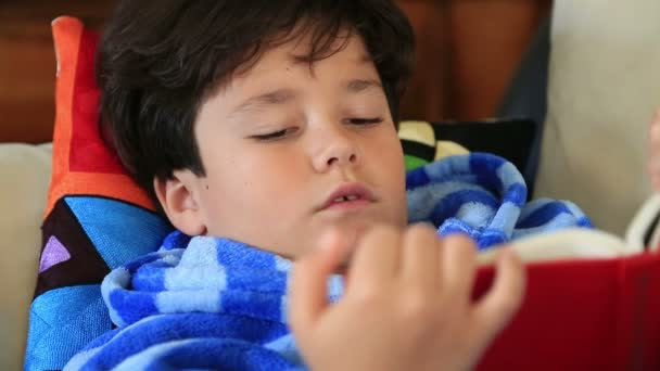 Mladík ležel na gauči a čtení knihy