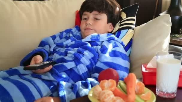 dítě 9 let sledování televize leží doma na pohovce