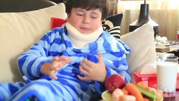 krankes Kind mit Nackenstütze
