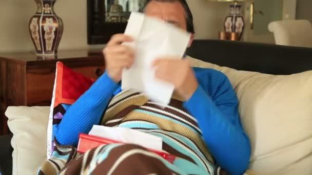 Mann hustet und ruht sich in einem Haus aus
