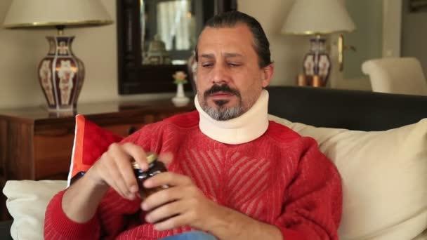 Bolestivé muž s výztuhou užívat lék proti bolesti
