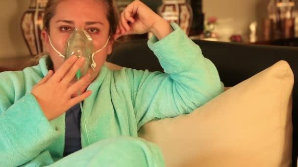 Portrét ženy s kyslíkovou maskou 2