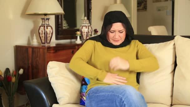 Muslimische Frau mit Bauchschmerzen