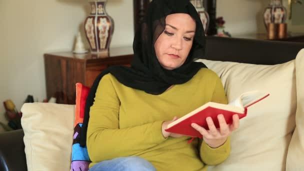 Muszlim nő, egy könyvet olvas
