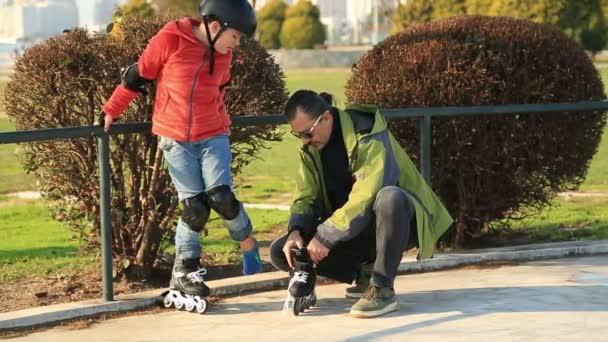 Mladý skejťák připraven k jízdě na kolečkových bruslích