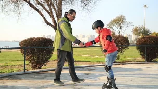 Mladý skejťák prověřeny se svým otcem
