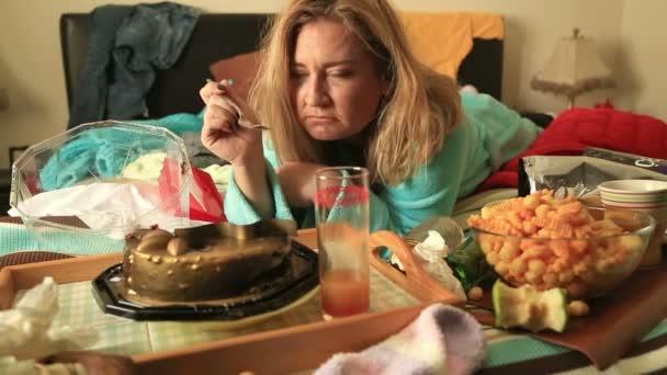 Depresivní žena sledování televize a kouření cigaret