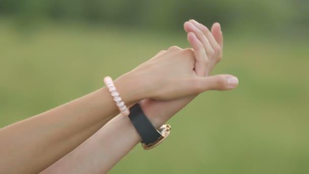 Close-up Hand in Hand. Hochzeitspaar, Hand in Hand. Zwei paar Hände in Liebe zusammenhalten zärtlich.