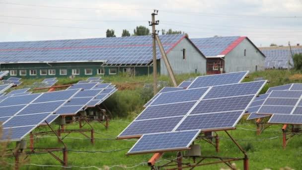 Installazione di pannelli solari sul tetto e a terra - Stock Footage