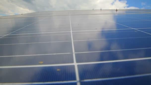 Sonnenkollektoren zur Stromerzeugung aus Sonnenlicht gegen Wolken und Himmel.