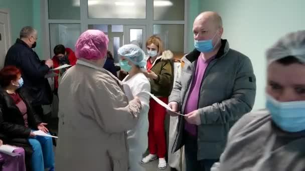 VINNYTSYA, UKRAINE - 24. MÄRZ 2021: Eine Reihe von Videoclips über die Impfung von Ärzten mit dem Covishield-Impfstoff Astrazeneca. Ärzte mit Covishield-Impfstoff gegen Covid-19 immunisieren - Leitartikel
