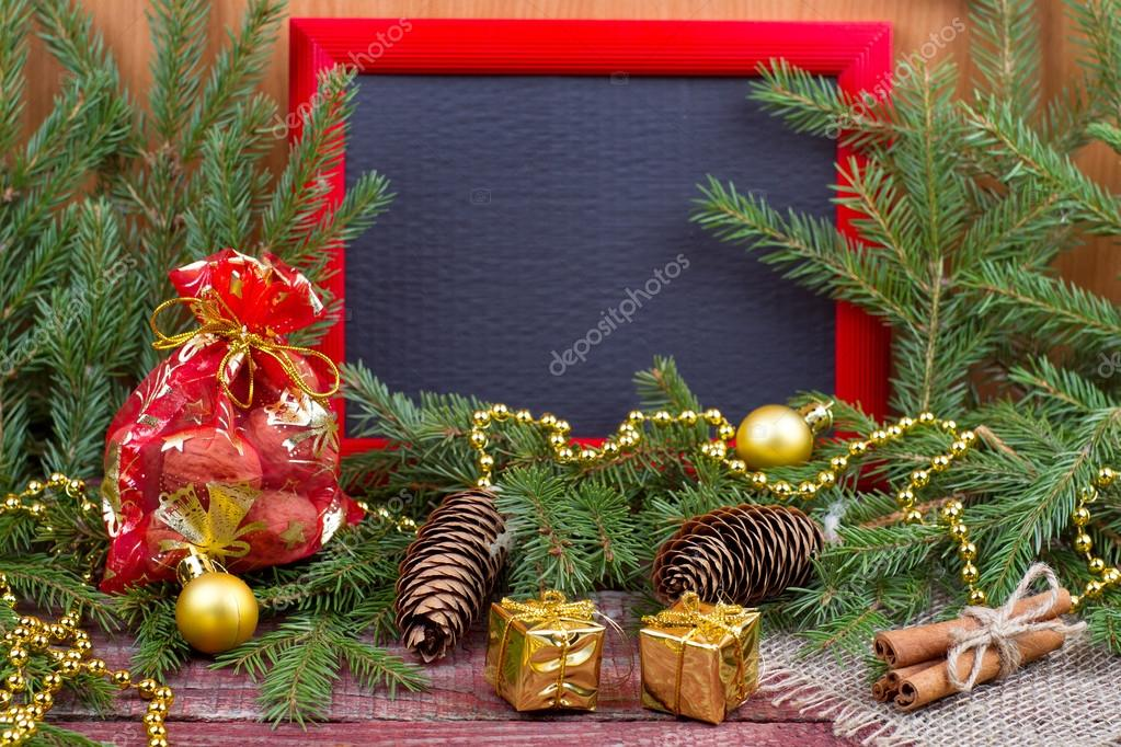Marco, adornos navideños y conos de abeto — Fotos de Stock ...