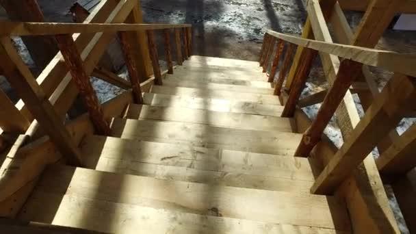 Sestup po dřevěných schodech. Dětská skluzavka