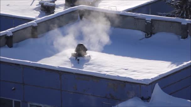 Zimní pozadí střechu moderní budovy pokryté sněhem