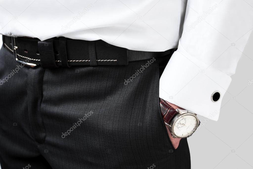 3b7af86056 gemelli. uomo di stile maschile con gemelli sulla sua camicia e un ...