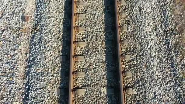 Luftaufnahme eines Eisenbahngeländers von oben nach unten. Blick aus der Vogelperspektive auf leere Bahngleise - Struktur von Schienen und Schwellen, Drohnenaufnahmen von oben. Drohne fliegt über Bahngleise