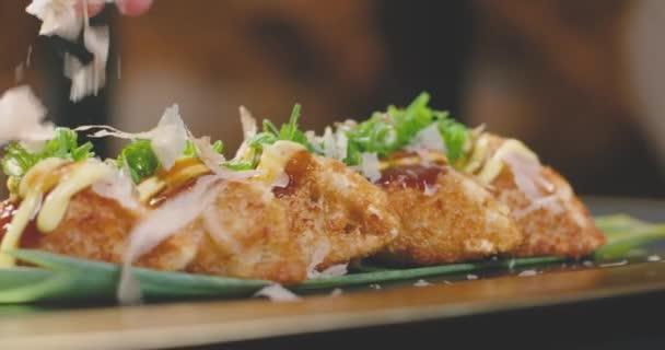 Nahaufnahme Zeitlupe der Zubereitung von Gyozas in transparentem Topf mit brennender Flamme in der Restaurantküche