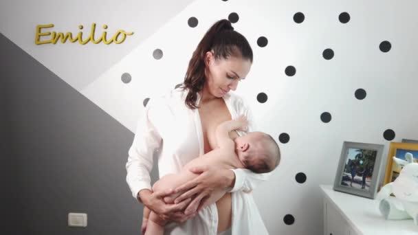 Fröhliche Mutter mit Baby im Schlafzimmer