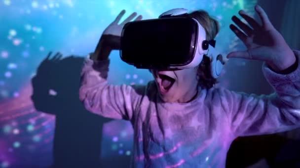 Virtuális szemüveget viselő gyermek
