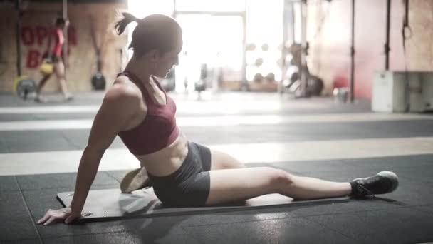 Sportovní žena protahování v posilovně