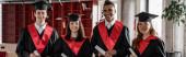 boldog fajok közötti diákok ballagási ruhák és sapkák birtokában diploma, bál 2021, banner