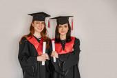 csinos diákok ballagási ruhák és sapkák tartó papír tekercsek diploma, senior 2021