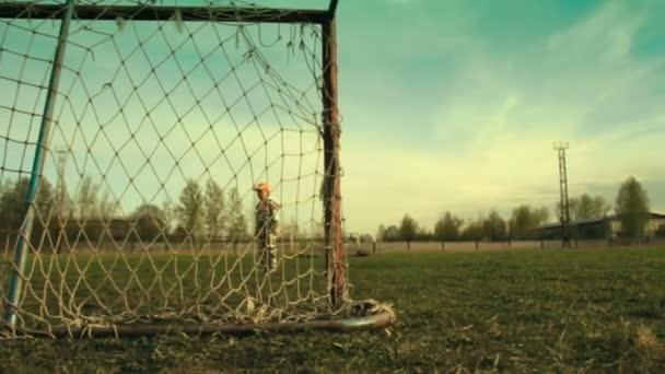 Vater und Sohn spielen Fußball. Mit Schieberegler gefilmt