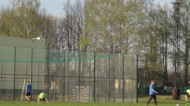 Fotbalový trénink. Mládež hraje fotbal. Teens jsou vyškoleni na fotbalovém hřišti
