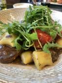 Rindersteak mit Soße, Kartoffelgnocchi, frischen Tomaten und Rucola